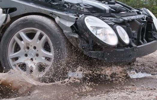 Αποτέλεσμα εικόνας για Δείτε τι συμβαίνει όταν το αυτοκίνητο πέφτει σε λακκούβα