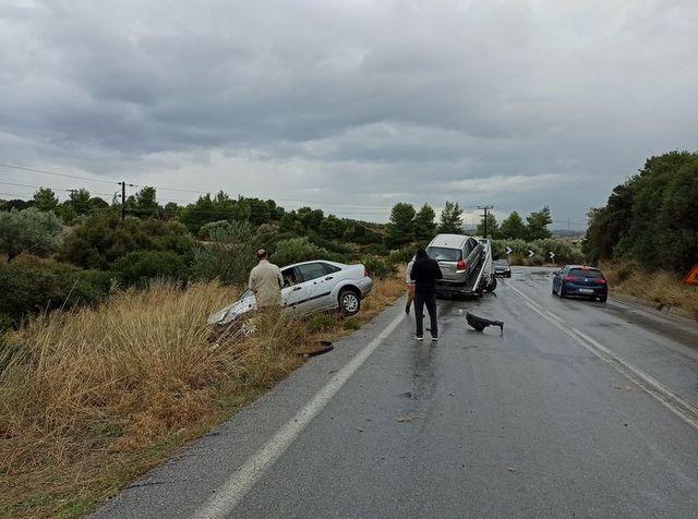 Σφοδρή σύγκρουση αυτοκινήτων στο δρόμο Βαθέος-Ριτσώνας (φωτό)
