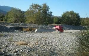 Καταγγέλλει παράνομη αμμοληψία στο Μανικιάτη ποταμό (φωτό)